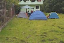 Amplias zonas verdes para poder si así lo considera acampar disfrutando de la naturaleza
