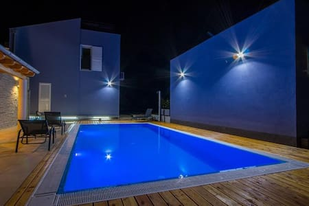 Luxury apartment in villa with pool , for 6 people - Verunić