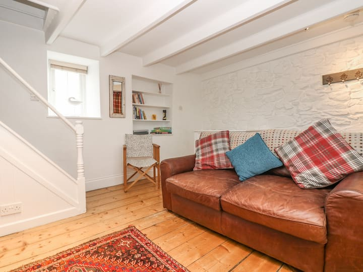 FISHERMAN'S COTTAGE, pet friendly in Porthleven, Ref 959762