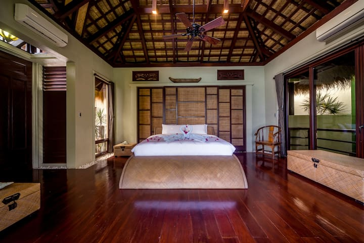 The grand Master's bedroom with all the amenities of comfort will give you a good night's sleep.