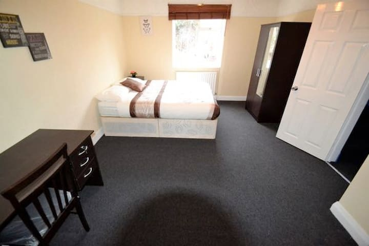 Double Room 5 min from East Acton Station (D)