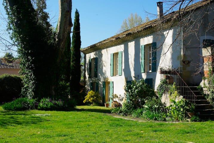 Terre et bois : Bâtisse ancienne proche d'Avignon - Roquemaure - Hus
