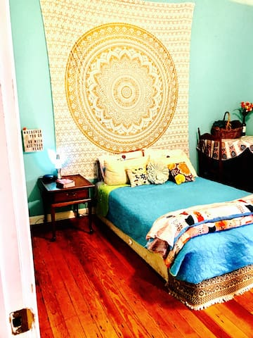 Rad Room #1 with Breakfast and Mimosas - Savannah - Bed & Breakfast