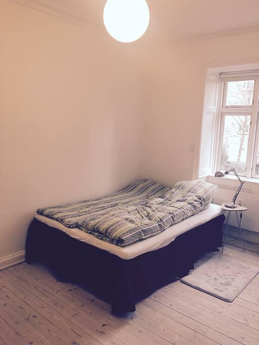 Soveværelse med trekvartseng, skab med bøjeplads og skuffer