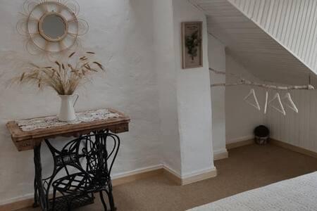 """Le coin des parents en haut de la mezzanine. Vous apprécierez l'ambiance """"cooconing"""" et la vue sur le jardin et les animaux."""