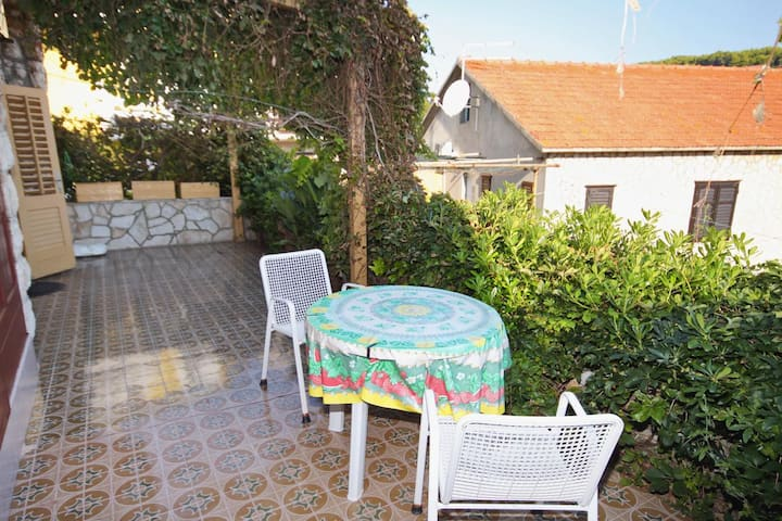 One bedroom apartment with terrace Jelsa, Hvar (A-5691-b)