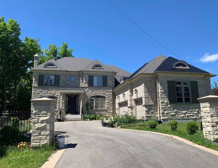 2250sqft 9ft ceiling bsmt 2 year house room A, C