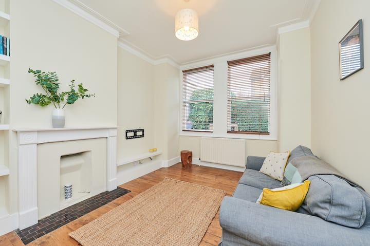Lovely end of terrace spacious flat in Mortlake