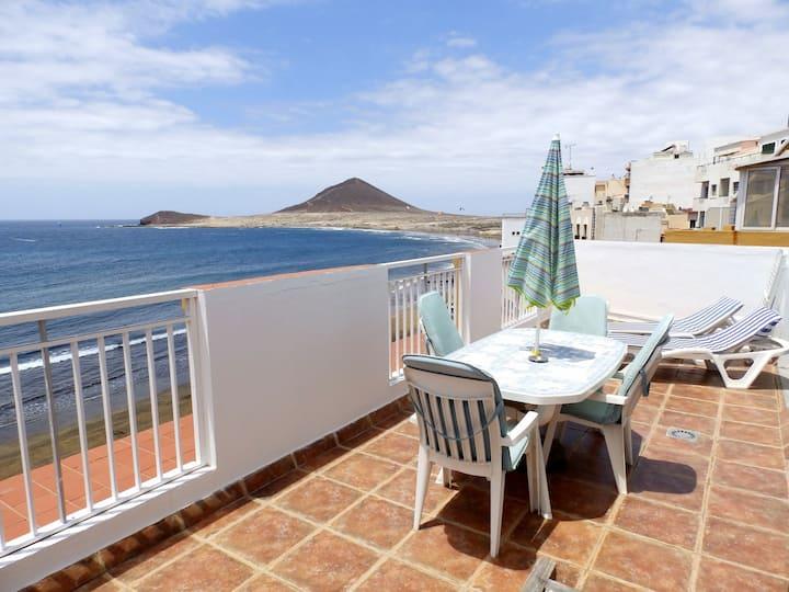 Ático con amplia terraza en primera linea de playa