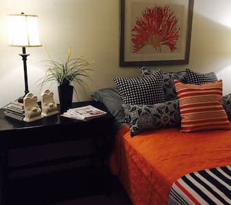 Beautiful Private Cozy Designer Room & Bath - Los Angeles - Apartment