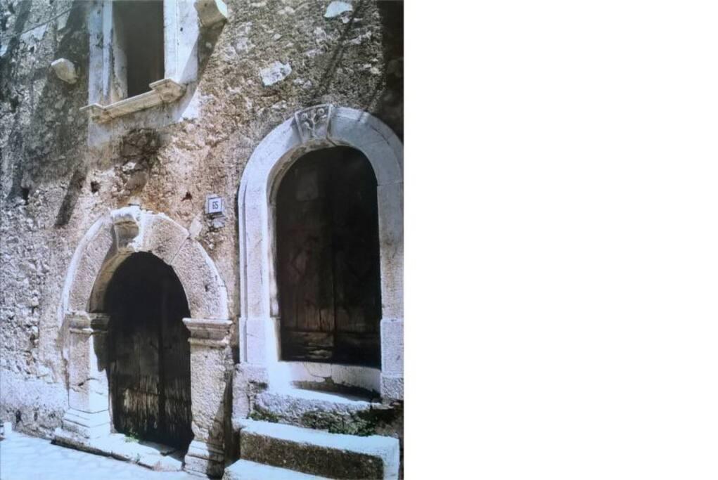 """[portoni ante ristrutturazione] Casa storica con annessa bottega del maniscalco, visitabile, sede del """"Miracolo del maniscalco"""" di S. Gerardo Majella."""
