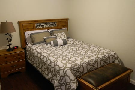 Newly Renovated Comfortable QueenSize Private Room - Castle Rock