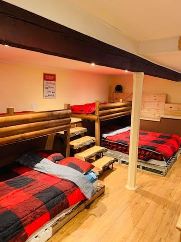 Grand dortoir au sous-sol avec 2 lit simple en haut, 1 double et un lit queen en bas!