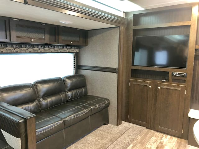 Modern New 33ft 2019 Pop-Out Trailer in Chico