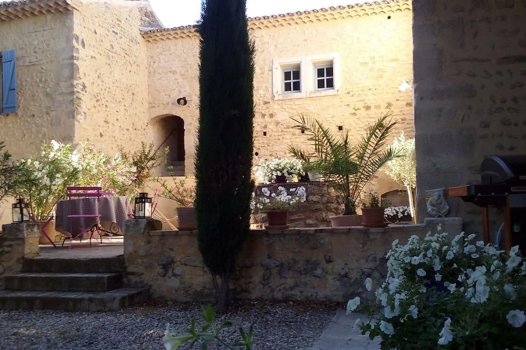 Vue de notre terrasse ou se trouve le puits.