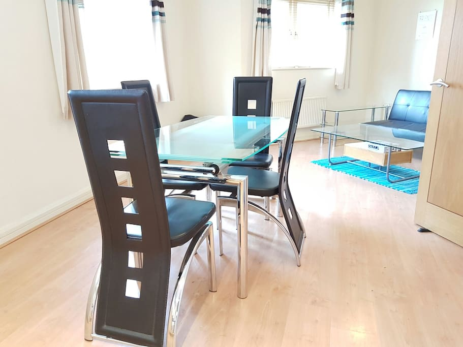 Extendable dinning table for 4/6
