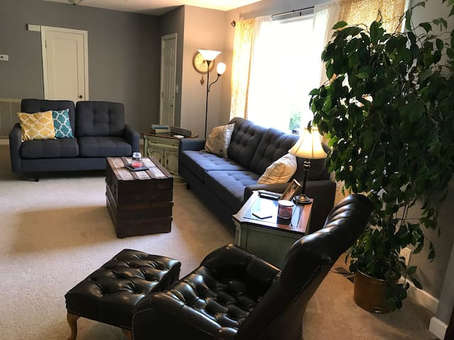 Private Spacious House, 10 minutes from downtown