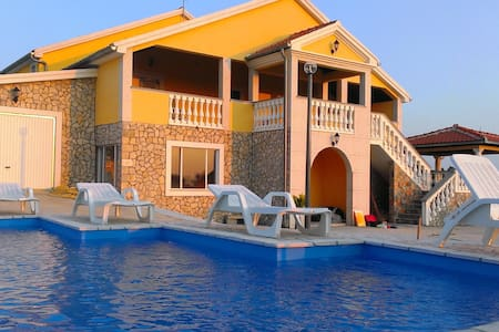 House for 11+1 persons with pool R72185