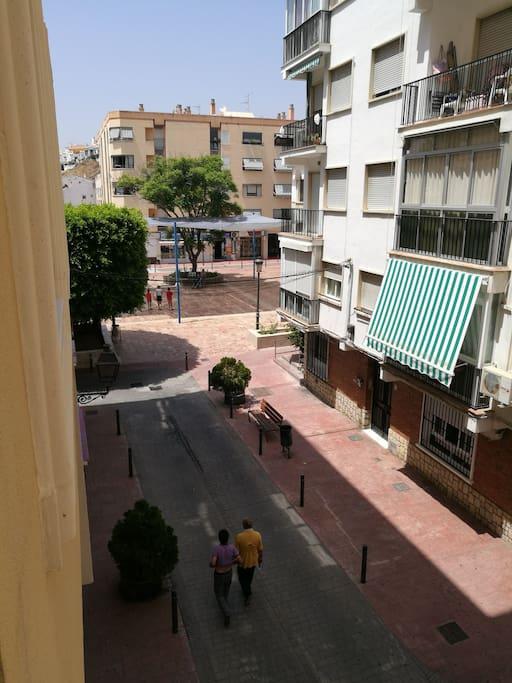 El toldo del final es la Plaza del Ayuntamiento son las vistas desde la casa es una calle peatonal pero se puede pasar para descargar el coche