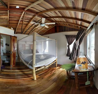 Bamboo Bungalow at Leaning Palm Resort - Gales Point - บังกะโล