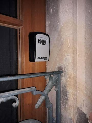 LE COFFRE à clés se situe derrière le volet à gauche de la porte d'entrée d'immeuble. Un cache sera monté pour protégé de la pluie. Le code vous sera remis LE JOUR J, merci de le refermé, brouillé le code et remonté le cache