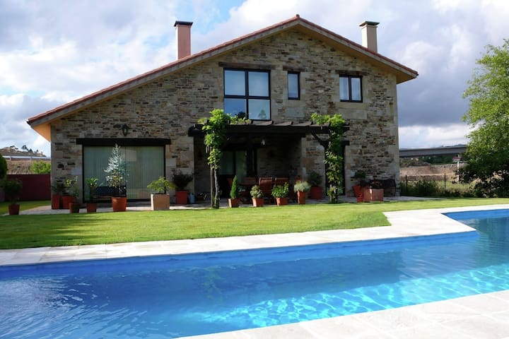 Luxury house with private pool near Santiago de Compostela