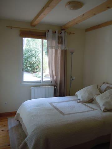 Petite chambre double ,  salle d'eau, accès privé. - La Bouilladisse - Daire