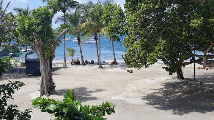 chambre sur plage pieds dans l eau face à la mer