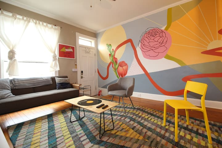 Charming Art-Filled House - Sunny Blue Room