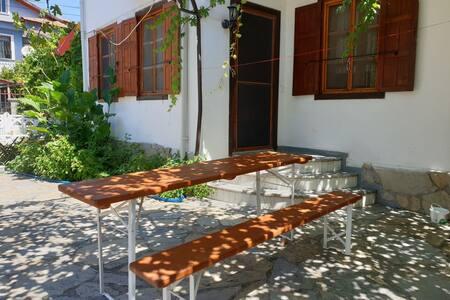 Göcek çarşı merkezinde 1+1  bahçeli ev
