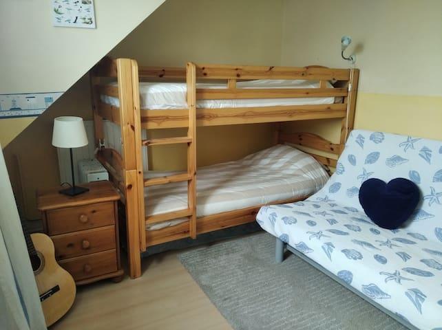 La deuxième chambre est composée de quatre couchages, un clic clac et deux lits superposés.