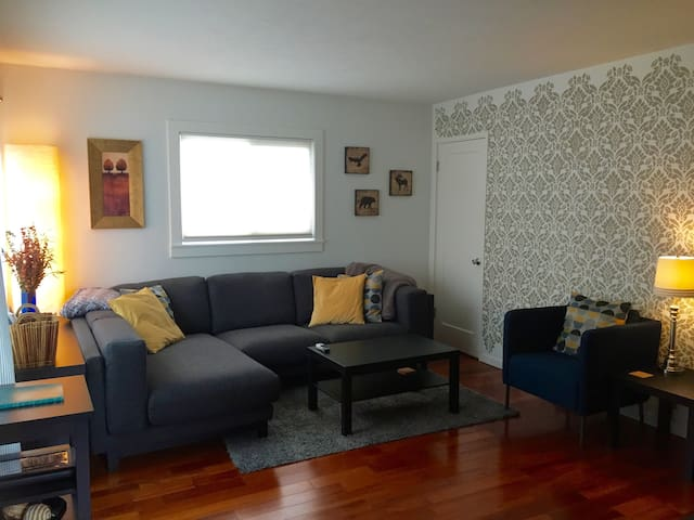 Woodlawn Cottage: Modern 2-br near Dekum Triangle