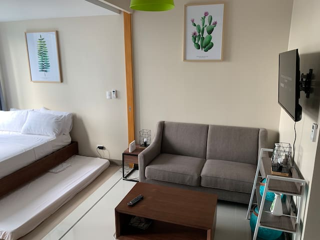 16th Floor 1BR BGC, 6 pax, w/ Pool, Wifi, NETFLIX!