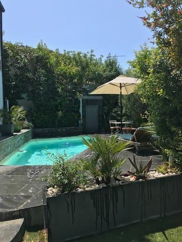 accès piscine et transats