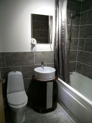 2 Bed Apartment & Free Parking 15 Min To Leeds