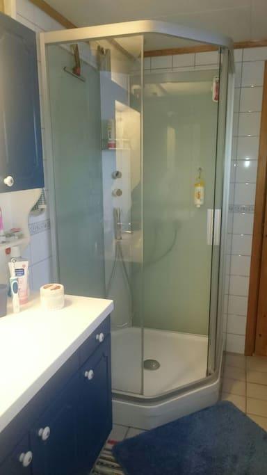 Romslig bad med dusjhjørne og badekar