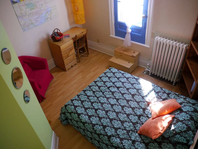 Colorful room with balcony close to everything! - Montréal - Lejlighed