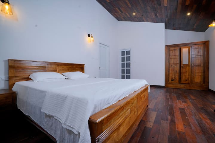Queen bed room at Jellyfish riverside guesthouse