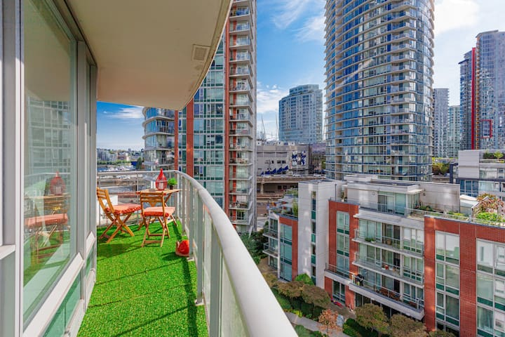 **REDUCED PRICE!** SAFE & CLEAN - MOUNTAIN VIEWS IN GASTOWN! BIG BALCONY + PARKING!