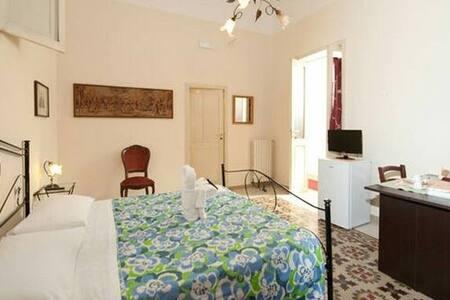 Stanza 2 con bagno in camera - Lecce