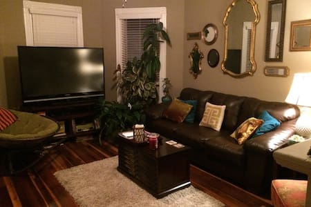 Chic Downtown Apartment - Bowling Green