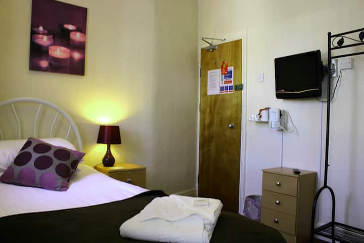 Ensuite Single room in Bed & Breakfast hotel