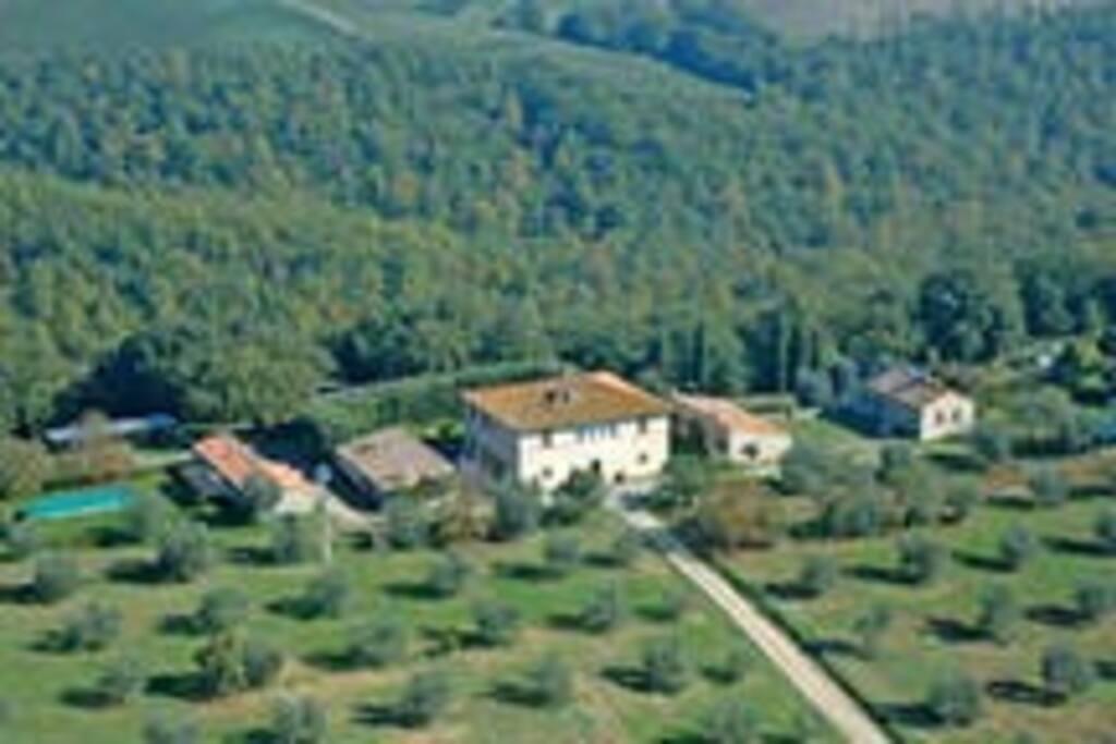 """La nostra fattoria vista dall'alto; la suite """"Limonaia"""" si trova immediatamente a sinistra accanto alla casa padronale dove viviamo."""