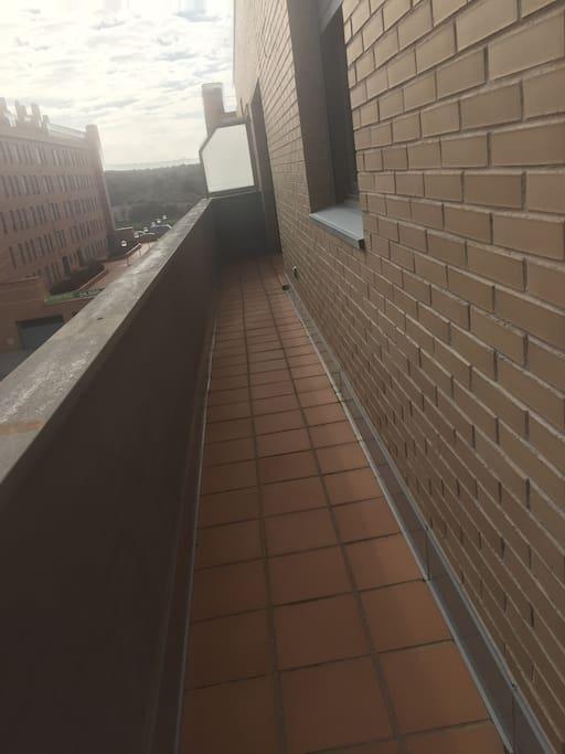 La habitación da a una amplia terraza.