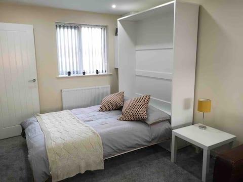 Private large bedroom/living-room/en-suite -Studio