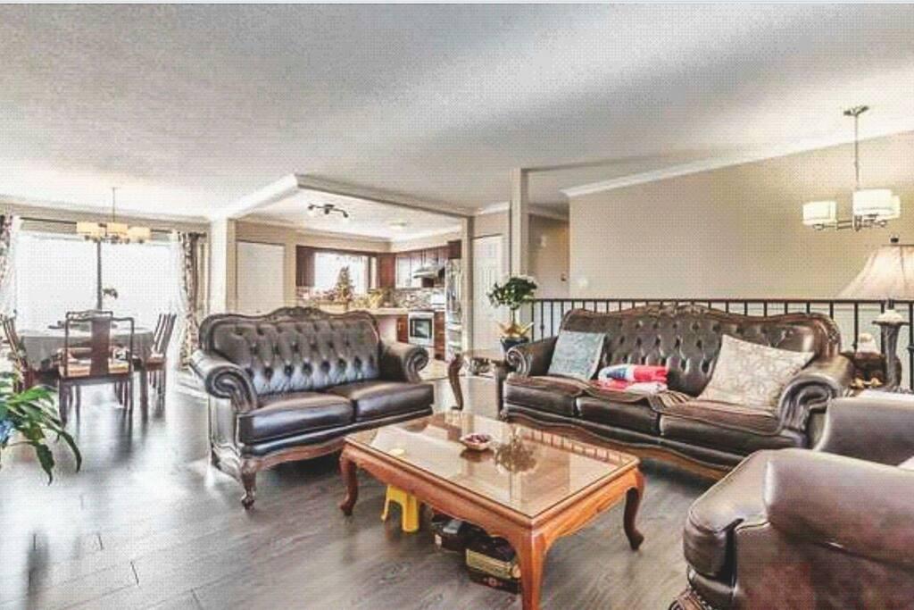 整层房源布局上楼左手边的客厅,斜前方的客厅,正前方的开放式厨房,右手边的小走廊通向住宿区