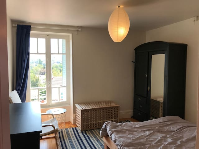 Schlafzimmer / Chambre à coucher