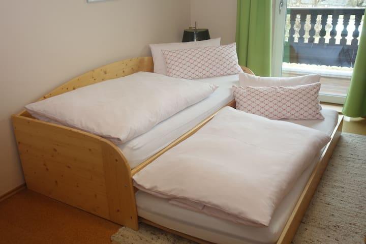 Vollwertiges Ausziehbett bei Bedarf. Ideall für Kinder oder wenn mal wieder Bettenmangel ist