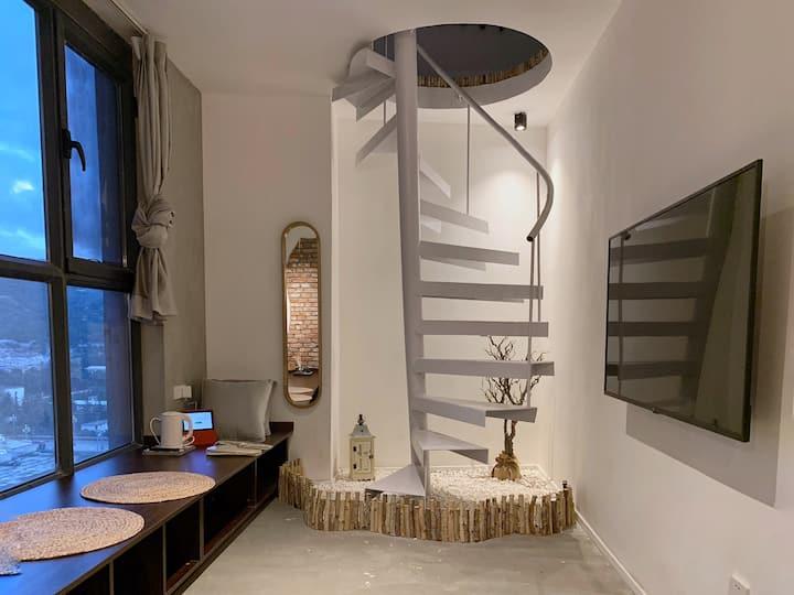 【澜宿】治愈系loft套房旋转楼梯室内小景1厅1卧独立卫生间落地窗