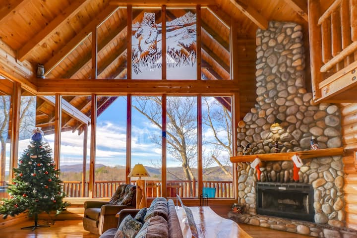 Mountainside cabin w/ shared pool, private hot tub & wood fireplace